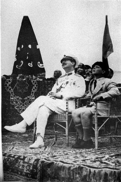 Regele Carol al II-lea și Principele Mihai la poligonul de aviație de la Băneasa, 1931 - foto: agerpres.ro