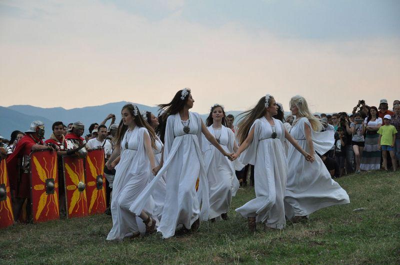 Sânzienele la Festivalul cetăților dacice Cricău 2013 - foto preluat de pe ro.wikipedia.org
