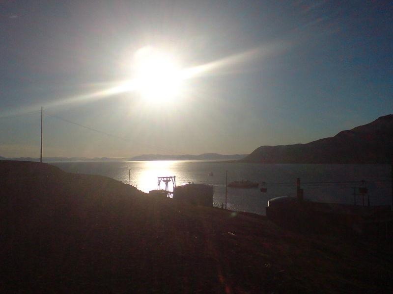 """""""Miezul nopții"""" la Longyearbyen, la 16 iulie 2007 (78° N) - foto preluat de pe ro.wikipedia.org"""