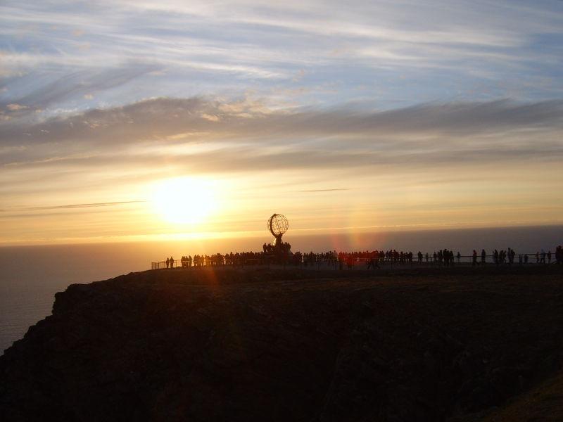 Soarele la miezul nopții, la Capul Nord, la 17 iulie 2005 la 23 h 59 (71,1° N) - foto preluat de pe ro.wikipedia.org