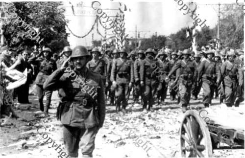 Defilarea trupelor romane dupa eliberarea Chisinaului (Septembrie 1941) - foto: cersipamantromanesc.wordpress.com