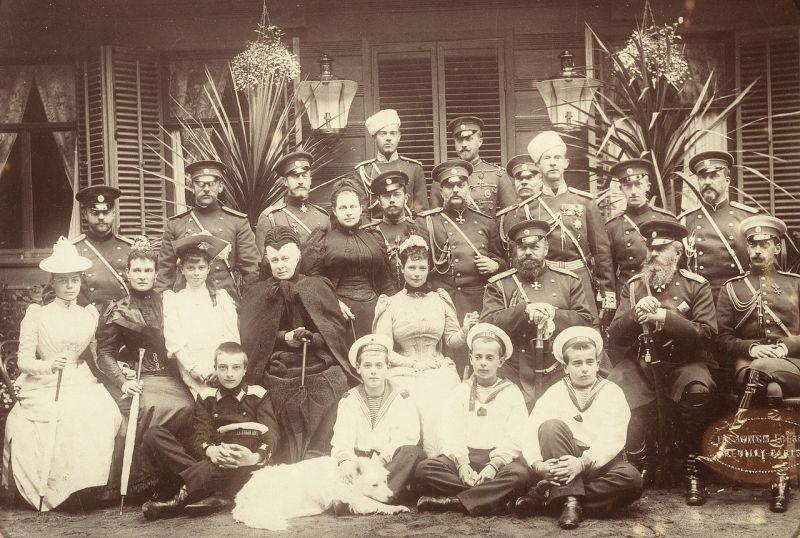 O adunare a membrilor familiei Romanov în 1892, la Krasnoe Selo. (Rândul din față) Marea Ducesă Xenia, Marea ducesă Maria Pavlovna cea tânără, Marea Ducesă Elena Vladimirovna, Marea Ducesă Alexandra Iosifovna, Împărăteasa Maria Feodorovna, Țatul Alexandru al III-lea, Marele Duce Michael Nikolaevich și Marele Duce Paul Alexandrovich. (rândul din spate) Ducele Carl Michael și Georg de Mecklenburg Stretlitz (stră-strănepot al Țarului Pavl I), Marele Duce Konstantin Konstantinovich, sora sa Olga Regina Hellenilor, Tsarevcih Nicholas (mai târziu Țarul Nicolae al II-lea), Marele Duce Vladimir Alexandrovich, Marele Duce Dimitri Constantinovich (cu pălăria albă), Ducele Peter de Oldenburg (stră-strănepot al Țarului Pavel I), și George Maximilianovich, Duce de Leuchtenberg (stră-strănepot al Țarului Nicolae I).(Rândul din spate) Marele Duce Sergei Mikhailovich, Marele Duce Nicholas Nicholaievich cel tânăr, Ducele Alexandru de Oldenburg. Băieții din față sunt Marele Duce Alexei Mikhailovich (în uniforma militara neagră), Marele Duce Michael Alexandrovich și frații săi Marele Duce Andrei și Marele Duce Boris Vladimirovich de Rusia - foto: ro.wikipedia.org