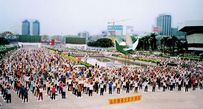 Morning Falun Dafa exercises, in Guangzhou - foto preluat de pe en.wikipedia.org