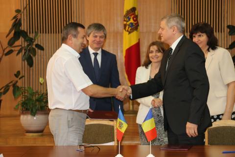 Directorii întreprinderilor Moldelectrica și Transelectrica, Ghenadie Dimov și Toni Teau, au semnat Acordul de colaborare în domeniul energiei electrice între cele două întreprinderi - foto: infoprut.ro
