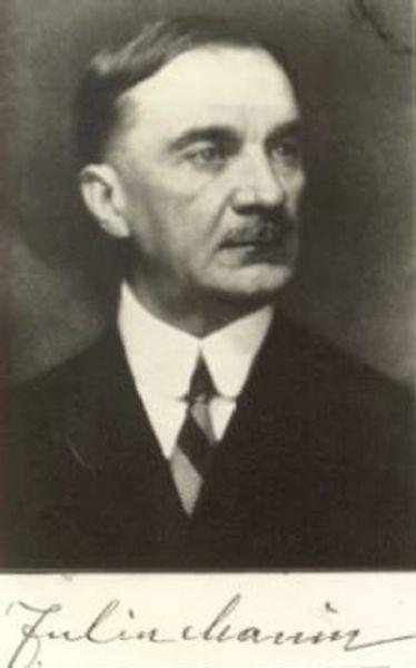 Iuliu Maniu liderul Partidului Național Țărănesc, a purtat negocieri pentru ieșirea României din război și a colaborat cu regele pentru răsturnarea dictaturii antonesciene (n. 8 ianuarie 1873, Bădăcin – d. 5 februarie 1953, Sighetu Marmației) a fost un om politic român, deputat român de Transilvania în Parlamentul de la Budapesta, de mai multe ori prim-ministru al României (noiembrie 1928-iunie 1930; iunie 1930-octombrie 1930; octombrie 1932-ianuarie 1933), președinte al Partidului Național-Țărănesc (1926-1933, 1937-1947), deținut politic după 1947, decedat în închisoarea Sighet. A fost membru de onoare (din 1919) al Academiei Române -  foto preluat de pe ro.wikipedia.org