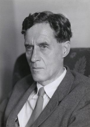 Patrick Maynard Stuart Blackett (n. 18 noiembrie 1897 — d. 13 iulie 1974) a fost un fizician englez cunoscut pentru lucrul său la perfecționarea camerelor cu ceață, și studiile privind razele cosmice și paleomagnetismul. A avut un rol important în timpul celui de-al doilea război mondial, fiind consilier în materie de strategie militară - foto: npgprints.com
