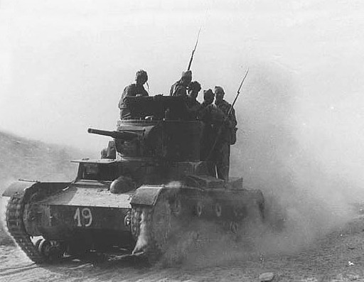 Members of the XI International Brigade of the Republican International Brigades at the Battle of Belchite ride on a Soviet T-26 tank - foto: en.wikipedia.org