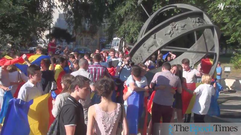 """""""Am venit să te salut, frate de peste Prut!""""- Înfrăţire simbolică la kilometrul 0 al Capitalei - foto: captura video - epochtimes-romania.com"""