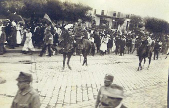 Armata română intră în Timişoara la cateva zile dupa instalarea unei administratii romanesti, consfintind unirea Banatului cu patria mama – Romania (1919) – foto: cersipamantromanesc.wordpress.com
