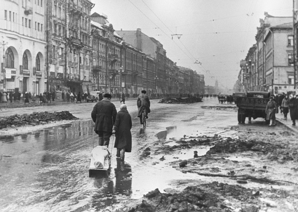 Leningraders on Nevsky Prospect during the siege, 1942 - foto: en.wikipedia.org