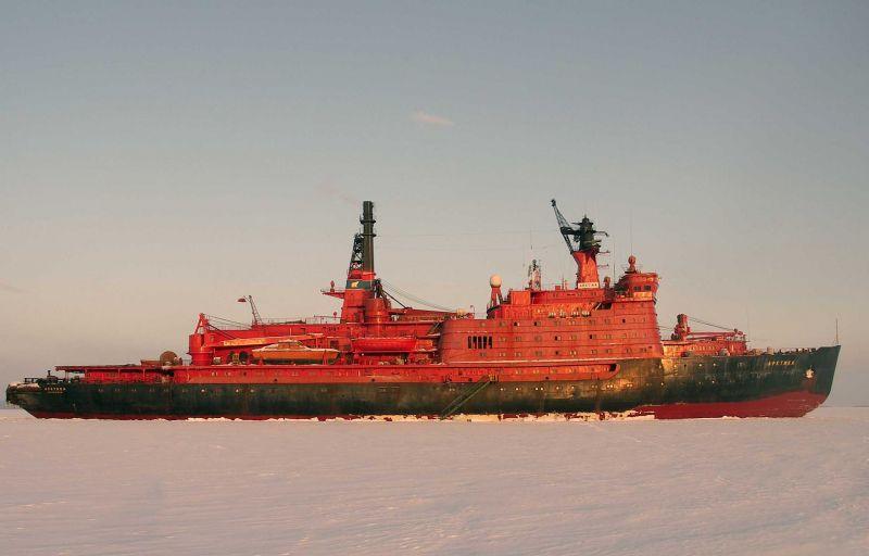 """17 august 1977: Spărgatorul de gheață sovietic """"Arktica"""" devine prima navă de suprafață care atinge Polul Nord - foto: ro.wikipedia.org"""