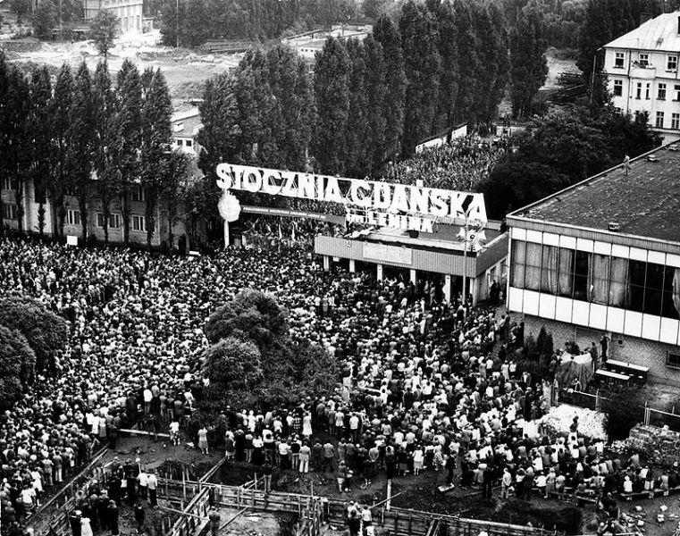 Vedere de sus, Poarta nr 2 din șantierul naval Gdansk-le. Lenin și mulțimile de greviștii ai Solidaritatii, locuitorii din Gdańsk - foto preluat de pe ro.wikipedia.org