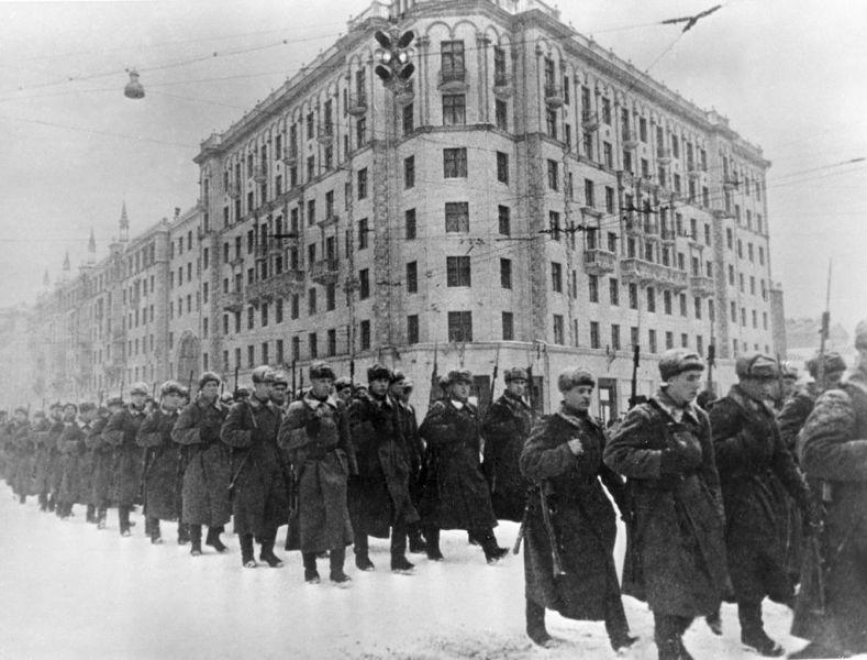 Batălia de la Moscova se referă la apărarea capitalei sovietice, Moscova, și la contraofensiva ulterioară a Armatei Roșii (armata sovietică) dintre octombrie 1941 și ianuarie 1942 pe frontul de răsărit al celui de-al doilea război mondial, împotriva forțelor Germaniei Naziste. Adolf Hitler considera Moscova, (care era capitala Uniunii Sovietice și cel mai mare oraș al țării), obiectivul principal al Forțelor Axei în timpul atacului împotriva URSS. Un plan separat german pentru cucerirea Moscovei purta numele de cod Operațiunea Wotan - in imagine, December 1941. Fresh Soviet forces marching to the front from Moscow. - foto: en.wikipedia.org