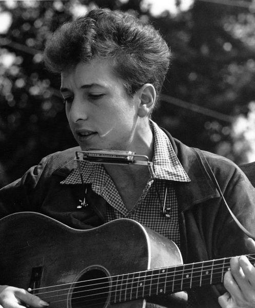 Bob Dylan, născut ca Robert Allen Zimmerman la 24 mai 1941 la Duluth, Minnesota, SUA,provine dintr-o familie de evrei emigrați din Rusia. Este un cântăreț, compozitor, muzician și poet american ale cărui contribuții în muzica americană sunt comparabile, în faimă și influență, cu cele ale lui Stephen Foster, Irving Berlin, Woody Guthrie și Hank Williams - in imagine, Civil Rights March on Washington, D.C.; close-up view of vocalist Bob Dylan, August 28, 1963 - foto: ro.wikipedia.org