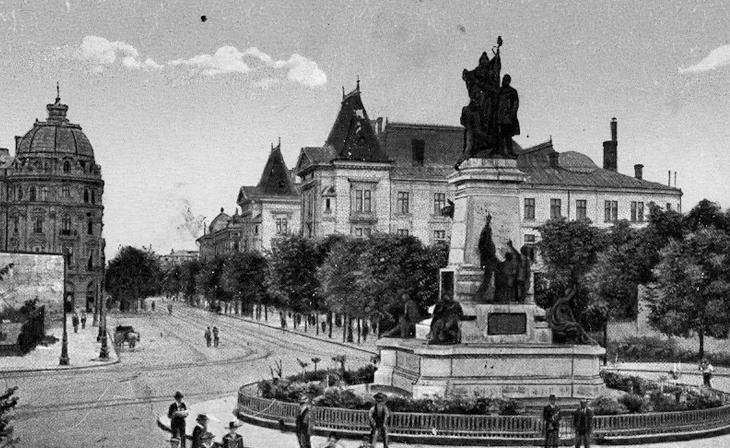 Statuia lui Ion C. Brătianu în Piața Universității din București, ridicată în 1903 și topita in timpul regimului comunist (1948) - foto: hotnews.ro (Asociația Monument Ion C. Brătianu)