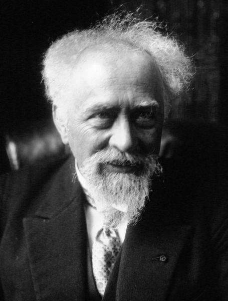 Jean-Baptiste Perrin (n. 30 septembrie 1870, Lille – d. 17 aprilie 1942 New York) a fost un fizician francez laureat al Premiului Nobel pentru Fizică în anul 1926. În 1895 a demonstrat că radiațiile catodice sunt alcătuite din particule cu sarcină negativă, care ulterior vor fi denumite electroni - in imagine, Jean Baptiste Perrin, 1926 - foto: ro.wikipedia.org