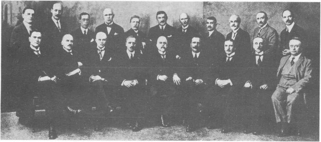 Dr. Johann Schober, primul președinte al Interpol, si colegii sai - liderii de poliție la al treilea Congres Internațional al Poliției Criminale, din Viena, în 1924, la un an după crearea organizației în capitala austriacă. Dr. Oscar Dressler - primul secretar general al ICCP, care a lucrat în perioada dominației naziste în al doilea război mondial (al doilea din stânga în rândul din spate) - foto: coollib.com