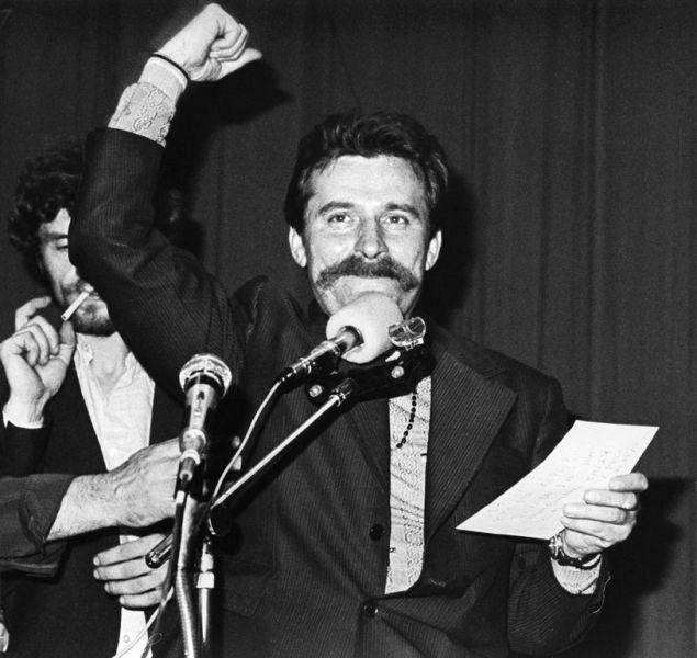Lech Wałęsa (n. 29 septembrie 1943) este un om politic, lider sindical și activist pentru drepturile omului din Polonia. Lider charismatic, a fost cofondator al primului sindicat independent din Europa de Est comunistă, Solidaritatea (Solidarność), a fost laureat al Premiului Nobel pentru Pace în 1983 și a îndeplinit funcția de președinte al Poloniei între 1990 și 95 (Wałęsa during the strike at the Lenin Shipyard, August 1980) - foto: en.wikipedia.org