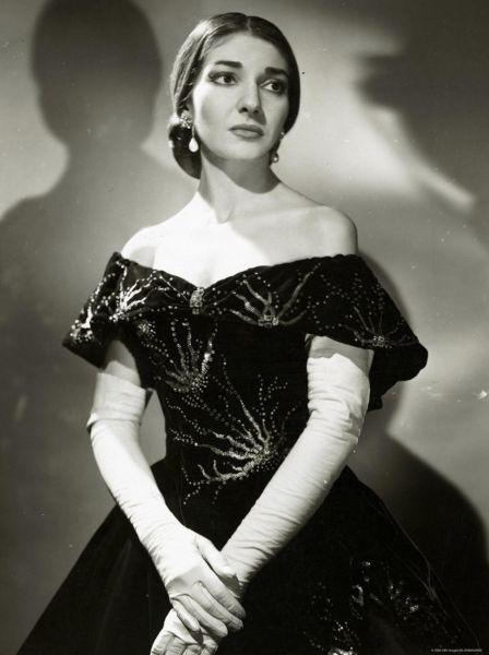 """Maria Callas (n. 2 decembrie 1923, New York, SUA – d. 16 septembrie 1977, Paris, Franța) este numele de artistă al Ceciliei Sophia Anna Maria Kalogeropoulos, renumită soprană, considerată de unii drept cea mai mare cântăreață de muzică de operă din a doua jumătate a secolului al XX-lea, denumită """"La Divina"""" sau """"Regina della lirica"""" - imagine, Maria Callas în rolul Violettei din opera Traviata - foto: ro.wikipedia.org"""