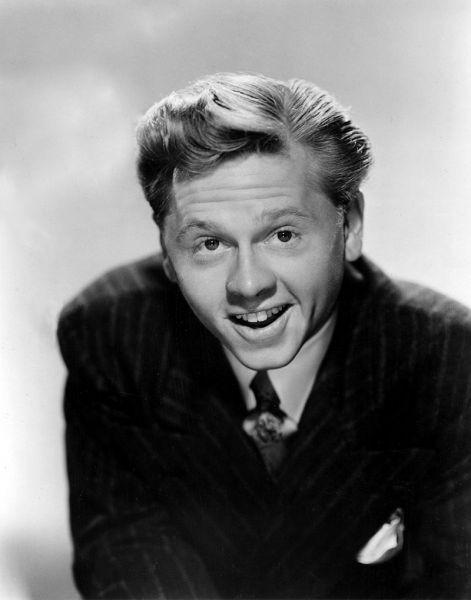 Mickey Rooney (născut Joseph Yule, Jr. la 23 septembrie 1920 - decedat la 6 aprilie 2014) a fost un actor american de film. A fost nominalizat la Premiul Oscar pentru cel mai bun actor și Premiul Oscar pentru cel mai bun actor în rol secundar - in imagine, Mickey Rooney in 1945 - foto: ro.wikipedia.org