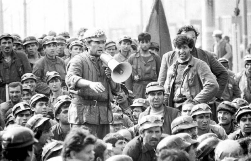 Miron Cozma în mijlocul minerilor - foto: reporterntv.ro