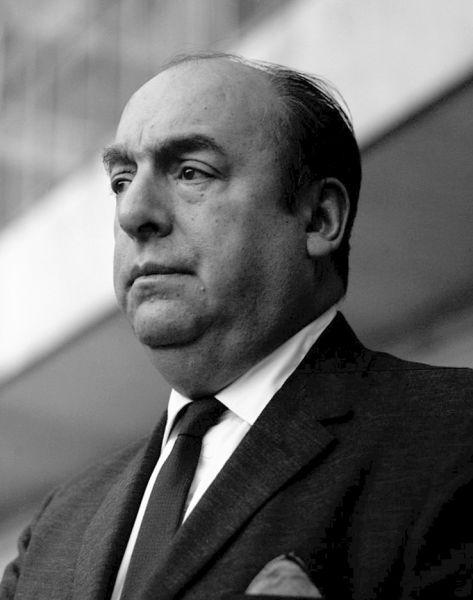 """Pablo Neruda (pseudonimul lui Neftalí Ricardo Reyes Basoalto) (n. 12 iulie 1904 – d. 23 septembrie 1973), poet și om politic chilian, consul în Spania, Japonia, China; ambasador la Paris, premiul """"Cununa de aur"""" a Reuniunii Internaționale a Poeților din orașul iugoslav Strunga; Premiul Internațional Lenin """"Pentru întărirea păcii între popoare"""", 1953; laureat al Premiului Nobel pentru Literatură în anul 1971 - foto (1963): en.wikipedia.org"""