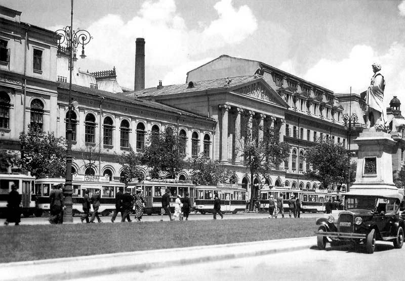 Clădirea principală a Universităţii din Bucureşti în perioada interbelică cu vechea clădire a Facultății de Istorie, creaţie a lui Alexandru Orăscu - foto - ro.wikipedia.org