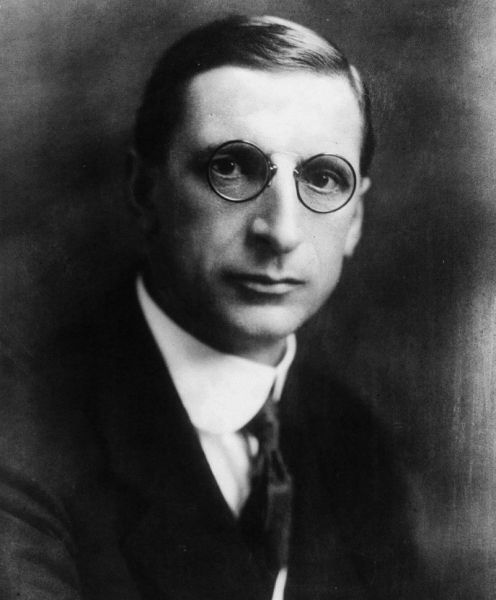 Éamon de Valera (nume la naștere George De Valero, n. 14 octombrie 1882 – d. 29 august 1975) a fost un om politic irlandez, unul dintre conducătorii luptei pentru independența națională a Irlandei - in imagine, De Valera, photographed c. 1922–30 - foto: en.wikipedia.org