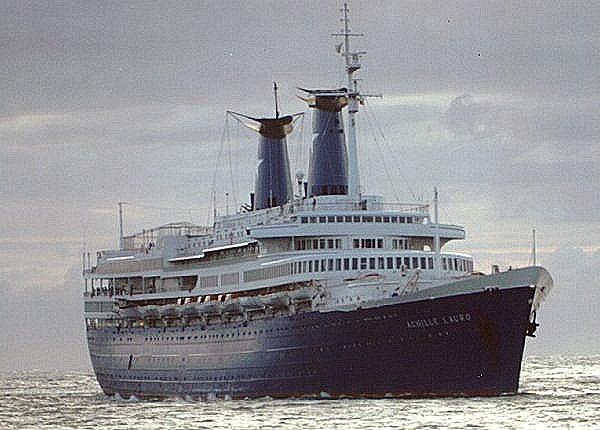 """7 octombrie 1985: Nava italiană Achille Lauro, aflată în croazieră pe Marea Mediterană cu peste 400 persoane la bord, a fost deturnată de membrii organizației """"Frontul pentru Eliberarea Palestinei"""" - foto: ro.wikipedia.org"""