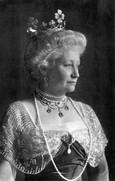 Prinţesa Augusta Viktoria de Schleswig-Holstein (22 octombrie 1858 - 11 aprilie 1921), a fost ultima împărăteasă a Germaniei şi regină a Prusiei. A fost fiica cea mare a lui Frederic al VIII-lea, Duce de Schleswig-Holstein şi a Prinţesei Adelheid de Hohenlohe-Langenburg. Bunicii materni au fost Ernst I, Prinţ de Hohenlohe-Langenburg şi Prinţesa Feodora de Leiningen, sora vitregă a reginei Victoria - foto: ro.wikipedia.org