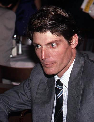 """Christopher D'Olier Reeve (n. 25 septembrie 1952 - d. 10 octombrie 2004) a fost un actor, regizor, producător, scenarist, autor și activist american, cunoscut mai ales pentru interpretarea rolului """"Superman"""". În mai 1995, în timp ce filma are loc un accident în care actorul, căzând de pe cal pe platourile din Charlottesville, rămâne paralizat de la gât în jos pentru toată viața - in imagine, Reeve after the opening night of The Marriage of Figaro at the Circle in the Square Theatre, New York City, 1985 - foto: ro.wikipedia.org"""