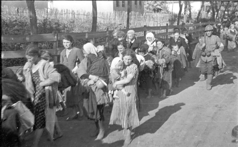 Evrei deportaţi în Transnistria sub supravegherea unui soldat român - foto: ro.wikipedia.org