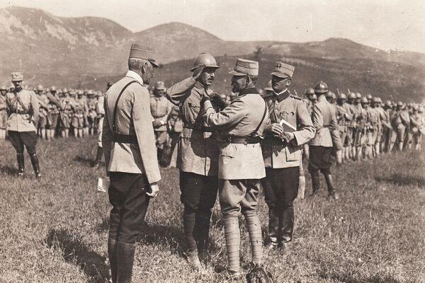 Regele Ferdinand decorează pe front militari români, 28 august 1917.  Foto: (c) ARHIVELE NAȚIONALE ALE ROMÂNIEI/ AGERPRES Arhiva istorică - foto: agerpres.ro