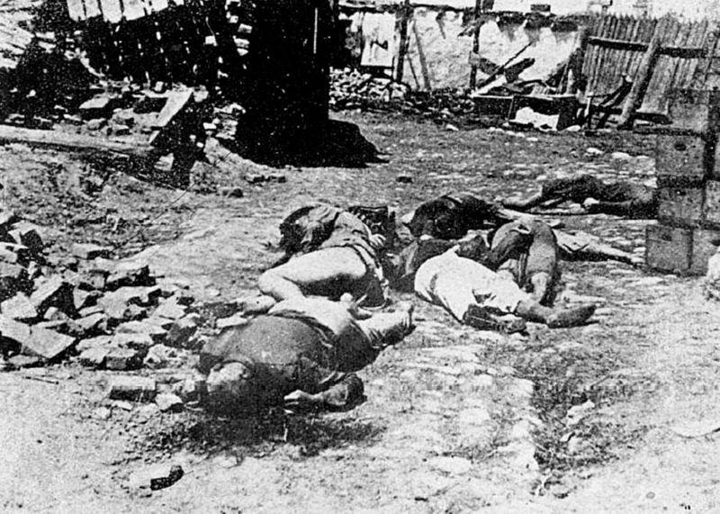 Holocaust prin gloanţe. Evrei-români deportaţi în Transnistria şi asasinaţi între Bârzula şi Grozdovca de militarii români care-i escortau, octombrie 1941 - foto preluat de pe ro.wikipedia.org