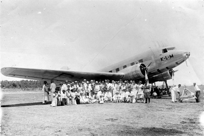 KLM's Douglas DC-2 aircraft Uiver in transit at Rambang airfield on the east coast of Lombok island following the aircraft being placed second in the MacRobertson Air Race from RAF Mildenhall, England, to Melbourne in 1934 - foto: en.wikipedia.org