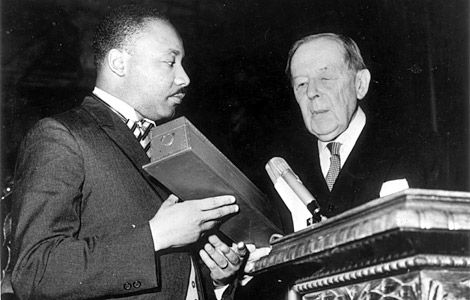Dr. Martin Luther King, Jr. picking up the Nobel Prize for Peace from Gunnar Jahn, president of the Nobel Prize Committee, in Oslo on December 10, 1964 - foto preluat de pe legallegacy.wordpress.com
