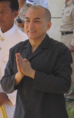 Norodom Sihamoni (n. 14 mai 1953) este actualul rege al Cambodgiei. Este fiul cel mare al regelui Norodom Sihanouk și al reginei Norodom Monineath Sihanouk. Fost ambasador al Cambodgiei la UNESCO a fost ales de cei nouă membri ai Consiliului Coroanei să devină următorul rege după abdicarea tatălui său din 2004. Înainte de a accede la tron, Sihamoni a fost cunoscut pentru munca sa ca ambasador cultural în Europa și ca instructor de dans clasic - foto: ro.wikipedia.org