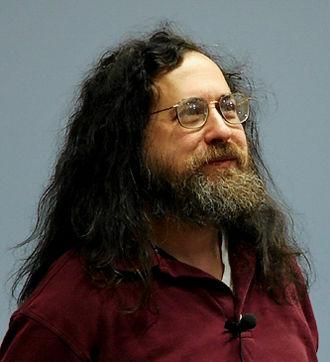 """Richard Matthew Stallman (n. 16 martie 1953, Manhattan, New York, SUA) cunoscut și ca """"rms"""", este un programator american și un activist pentru software liber. În septembrie 1983 lansează Proiectul GNU orientat către dezvoltarea unui sistem de operare liber compatibil cu UNIX, el a fost inițiatorul și organizatorul principal în cadrul proiectului. Odată cu lansarea Proiectului GNU el inițiază mișcarea pentru software liber, iar în octombrie 1985 creează Free Software Foundation. R. Stallman a fost unul din pionerii conceptului de copyleft și unul din autorii a mai multor licențe copyleft, inclusiv Licența Publică Generală GNU, care este cea mai răspândită licență pentru software liber. Începând cu mijlocul anilor '90 el își petrece cea mai mare parte a timpului pentru promovarea software-lui liber. Stallman este creatorul și dezvoltatorul mai multor programe larg răspândite cum ar fi Emacs, GCC și GNU Debbuger. El este unul din cofondatorii Ligii pentru Libertatea Programării în 1989 - in imagine, Richard Stallman speaking at the 2005 FOSDEM in Brussels - foto: ro.wikipedia.org"""