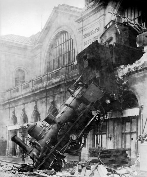 22 octombrie 1895: În Gara Montparnasse din Paris, un tren a deraiat, a depășit capătul liniei, a pătruns 30 m pe peron și a ieșit prin fațada gării - foto: ro.wikipedia.org