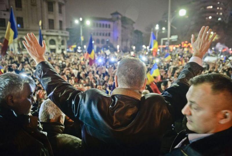 Klaus Iohannis a ajuns, duminică seară (16 noiembrie 2014), în Piaţa Universităţii, printre cei aproape 10.000 de români adunaţi acolo, unde a stat aproximativ 30 de minute. Iohannis a fost aplaudat de manifestanţi, care i-au scandat numele şi l-au felicitat pentru câștigarea turului doi al alegerilor prezidenţiale. Pe 16 noiembrie, peste 11 milioane de români au ieșit la vot la nivel național, în timp ce, în străinătate, au reușit să voteze peste 370.000 de conaționali care au stat ore în șir pentru a ajunge la urne, prezența la vot fiind una record FOTO AP Citeste mai mult: adev.ro/nf66pp