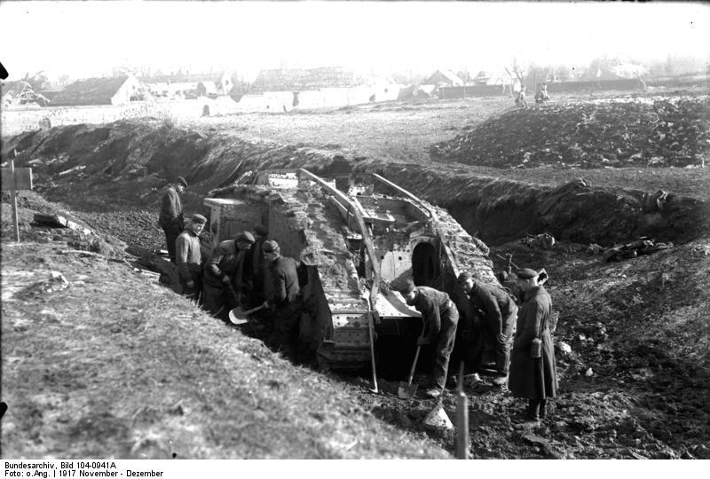"""""""Bătălia de la Cambrai"""" Parte a Frontului de Vest din Primul Război Mondial (Soldaţi germani încercând să recupereze un tanc britanic Mark IV) - foto: ro.wikipedia.org"""