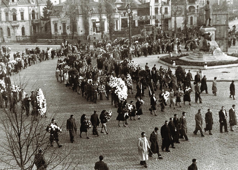 Manifestație anticomunistă a tineretului PNȚ și PNL, în Piața Palatului Regal, prilejuită de ziua onomastică a regelui Mihai (8 noiembrie 1945) - foto preluat de pe historia.ro