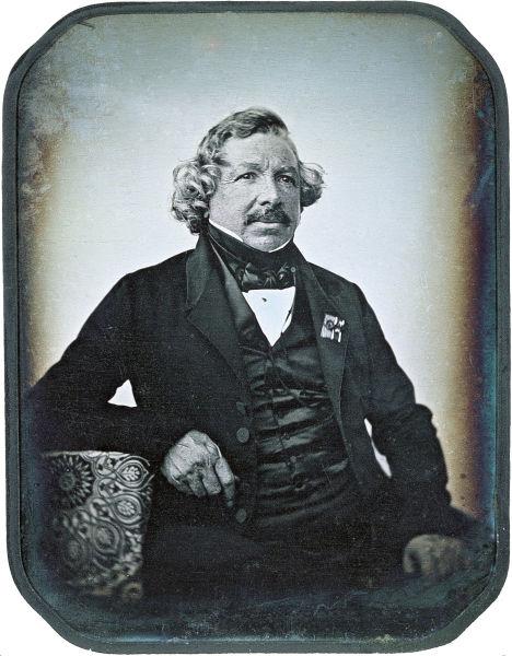 Louis Jacques Mandé Daguerre (n. 18 noiembrie 1787 la Cormeilles-en-Parisis, Val-d'Oise, d. 10 iulie 1851 la Bry-sur-Marne, Val-de-Marne, Franța) este considerat părintele fotografiei prin invenția sa numită daghereotipie - foto preluat de pe ro.wikipedia.org