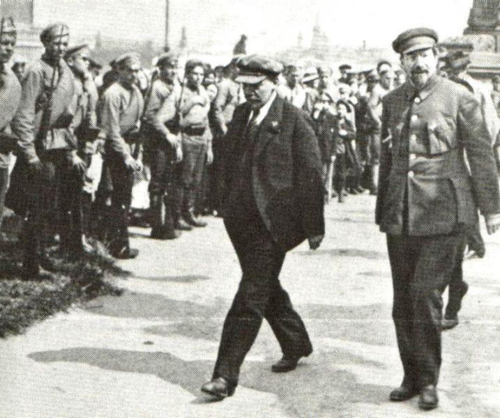 """Lunacearski și Lenin la inaugarea monumentului """"Emanciparea muncitorilor"""", 1 Mai 1921 - foto: ro.wikipedia.org"""