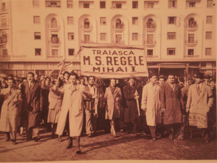 Manifestație anticomunistă a tineretului PNȚ și PNL, în Piața Palatului Regal, prilejuită de ziua onomastică a regelui Mihai - foto: istorie-pe-scurt.ro