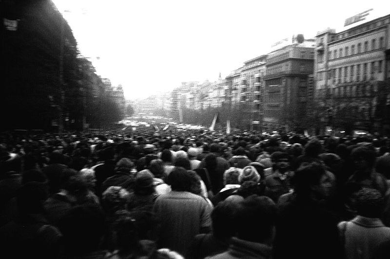 17 noiembrie 1989: Au loc manifestațiile anticomuniste ale studenților din Praga, care au marcat începutul Revoluției de catifea - foto: ro.wikipedia.org