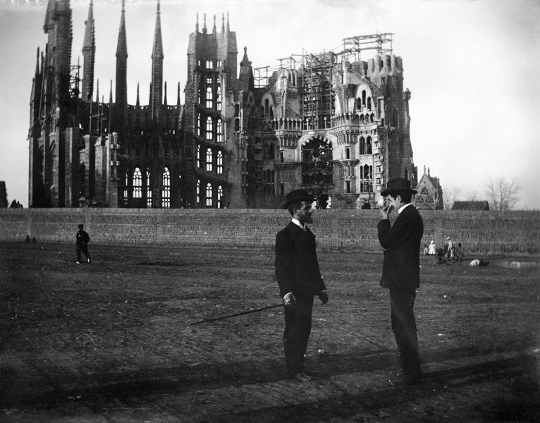 Sagrada Família (Sfânta Familie) este o uriașă biserică din capitala Cataloniei, Barcelona (în nord-estul Spaniei). Imensa clădire este încă neterminată, deși se lucrează la ea din 1882. Aceasta nu este finanțată din bani publici, asa cum se obișnuia în Evul Mediu. Sursele de finanțare sunt donațiile private și încasarile din biletele de intrare. Bugetul pentru anul 2009 se apropie de 20 milioane de euro. Numele oficial este Temple Expiatori de la Sagrada Família (în catalană) - in imagine, Sagrada Familia in 1905 - foto: en.wikipedia.org
