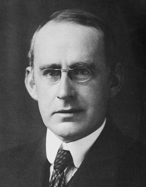 Sir Arthur Stanley Eddington, (n. 28 decembrie 1882 – d. 22 noiembrie 1944) a fost un astrofizician britanic (de naţionalitate engleză) de la începutul secolului al XX-lea. Este cunoscut pentru limita Eddington, limita naturală a luminozităţii stelelor. Este faimos pentru lucrările privind teoria relativităţii - foto: ro.wikipedia.org
