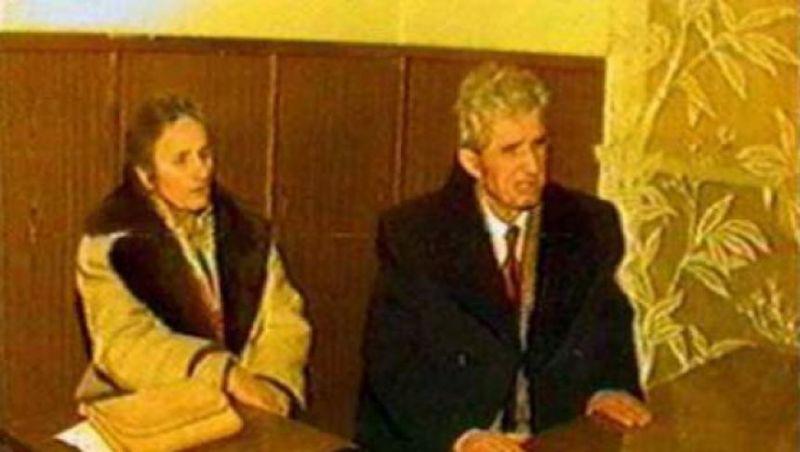 Nicolae si Elena Ceauşescu în faţa Tribunalului Militar Extraordinar (Târgovişte, 25 decembrie 1989) - foto: historia.ro