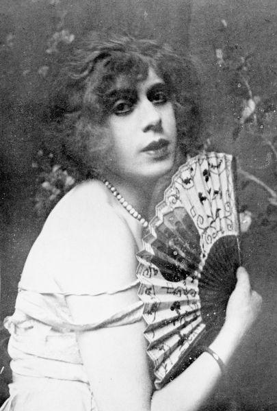 Lili Ilse Elvenes cunoscută ca Lili Elbe (28 decembrie 1882 – 13 septembrie 1931), a fost o artistă daneză cunoscută a fi prima persoană care a suferit o interventie chirurgicală de schimbare de sex, în 1930. Potrivit unor surse, a fost o persoană intersexuală - in imagine, Lili Elbe în 1926 - foto: ro.wikipedia.org